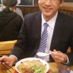 発表終了後は、皆でラーメンを食べに行きました。 赤澤教授の満面の笑顔から、ラーメンのおいしさが伝わって来ます。 学会発表を終えた後の食事って、本当、美味しいんですよね(笑)